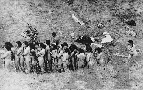 Mujeres y niños, a punto de morir asesinados en Babi Yar