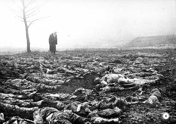 Una mujer llora ante el reconocimiento del cadáver de su marido en el campo de concentración de Syretsko
